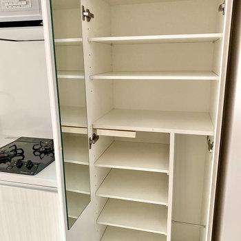 シューズボックスの棚は可動式です。サイズに合わせて調整を。※写真は1階の同間取り別部屋のものです