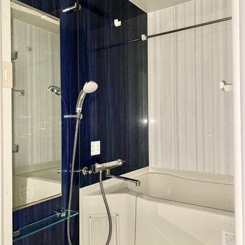 お風呂は浴室乾燥機付きです。※写真は1階の同間取り別部屋のものです