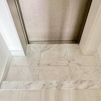 大理石デザインのお洒落な玄関。※写真は1階の同間取り別部屋のものです