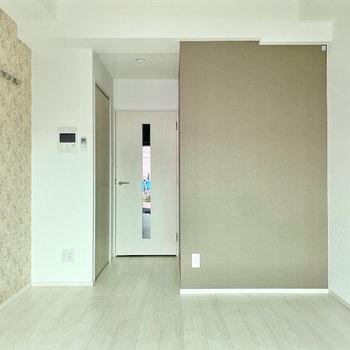 ピクチャーレールには写真やドライフラワーを飾ってみようかな。※写真は1階の同間取り別部屋のものです
