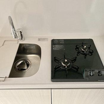 キッチンはシンクボード付き。2口コンロでお料理も捗りますよ。※写真は1階の同間取り別部屋のものです
