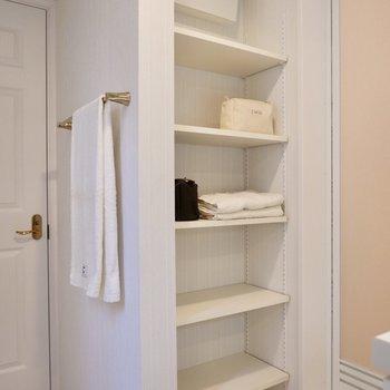 背後にはタオルや洗剤を入れておけるラックが。スッキリまとめて見せる収納を。
