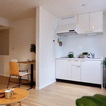 キッチンは壁でゆる〜く仕切られていますよ。