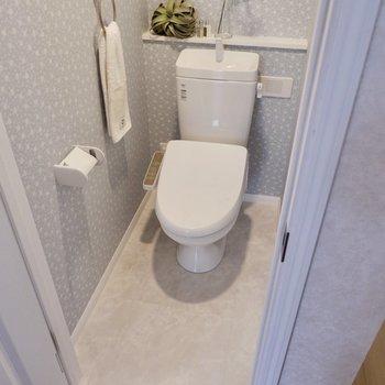 お手洗いは温水洗浄便座付。奥の段差に一輪挿しなど飾れそうです。