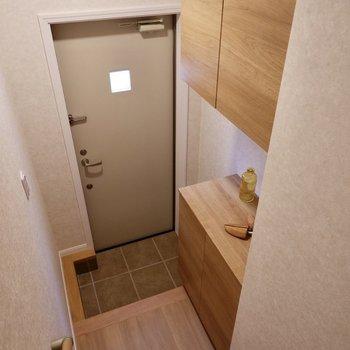 玄関ドアはワンポイントの窓付きです。