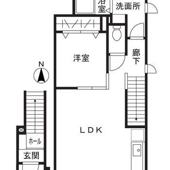 玄関は1階、居室は2階の1LDK。