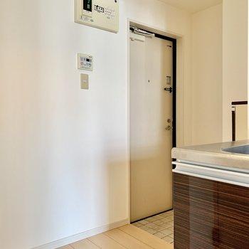 玄関周りはゆったりめ。冷蔵庫は写真左側に。