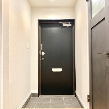 ちょうどよい広さの玄関です。シューズボックスは廊下にありました。