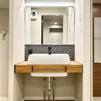 おしゃれなデザイン洗面台です!大きな鏡で見やすいです◎