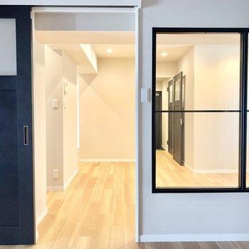 洋室からリビングを見るとこんな感じ。右側にガラスブロックの窓が見えます。