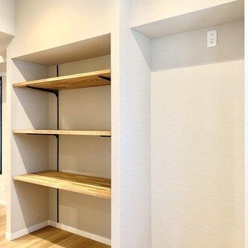 右は冷蔵庫スペース。左は食器棚や食材のストックスペースです。