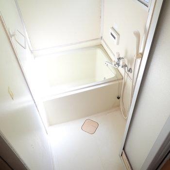 追い焚きつきのお風呂です!小窓もあって換気がしやすいです。