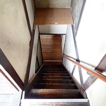2階へ。階段は急なのでお気をつけください。