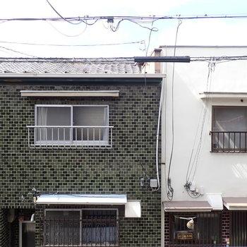 ベランダと反対側のほうの窓の眺望。民家が並んでいます。