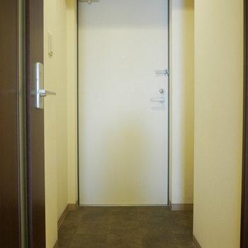 玄関右手にシューズクローゼットあります!(※写真は6階の同間取り別部屋のものです)