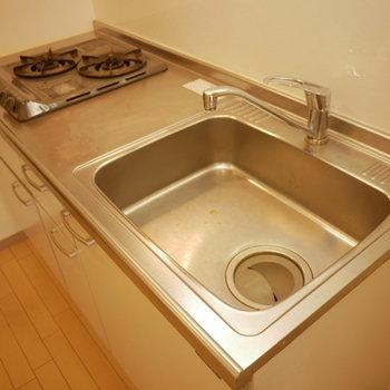 キッチンは2口コンロ(※写真は6階の同間取り別部屋のものです)
