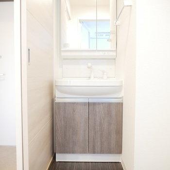 マットなパネルの洗面台(※写真は6階の同間取り別部屋のものです)