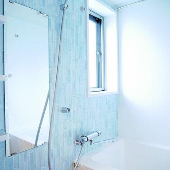 お風呂は爽やかなブルーがアクセント。浴室乾燥機付きです(※写真は6階の同間取り別部屋のものです)