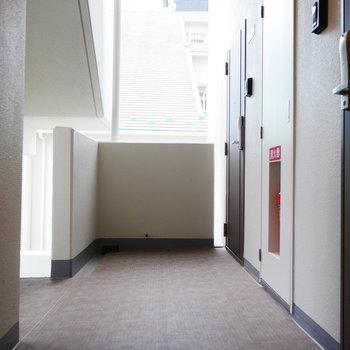 廊下の床は少し柄のあるブラウン