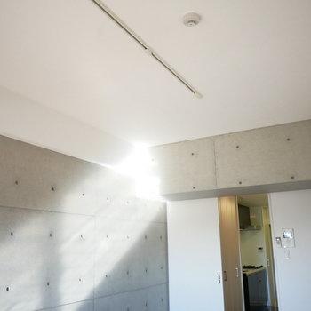 照明はライティングレールにお好きなものを (※写真は5階の反転間取り別部屋のものです)