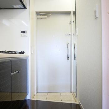 玄関はダブルロック (※写真は5階の反転間取り別部屋のものです)