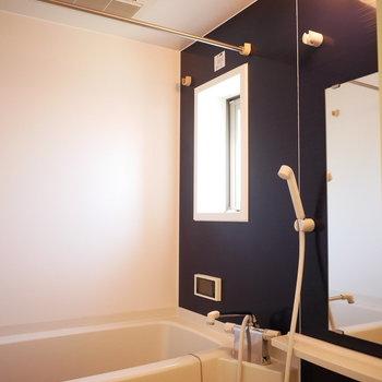 バスルームは追い焚き・浴室乾燥機完備!(※写真は5階の反転間取り別部屋のものです)