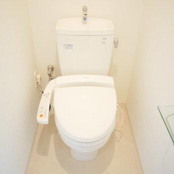 ウォシュレット付のシンプルなトイレ (※写真は5階の反転間取り別部屋のものです)