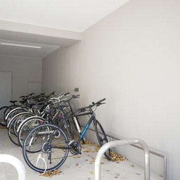 駐輪場も屋根があるので安心