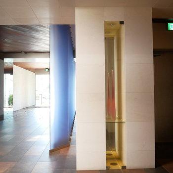 エレベーター前のおしゃれな空間