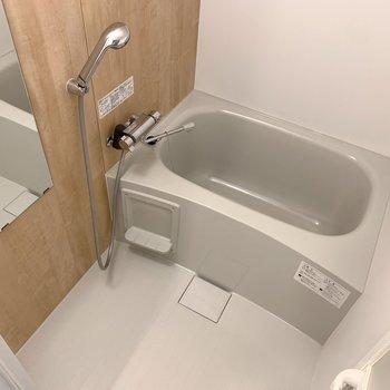 お風呂の壁面は木目調のシート。