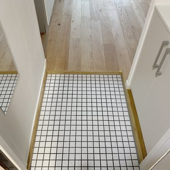 玄関のタイルとこの床の感じがわかるでしょうか…?