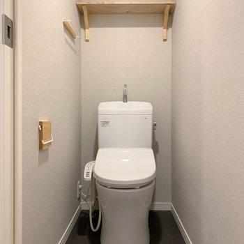 お手洗いの上部に棚。
