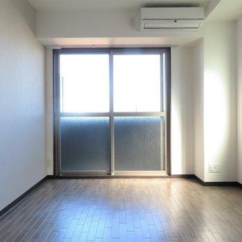 角部屋で明るい(※写真は6階の同間取り別部屋のものです)
