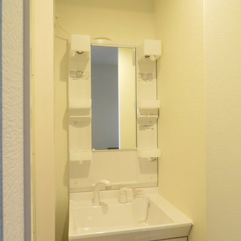 洗面台は収納たっぷり(※写真は6階の同間取り別部屋のものです)