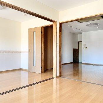【洋室①】引き戸を開けると隣室が。