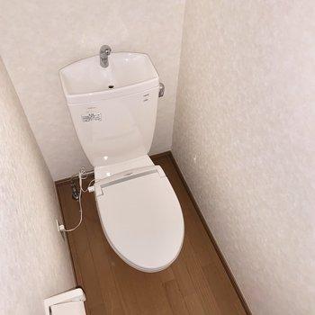 清潔感のある個室トイレ。※フラッシュを使用しています