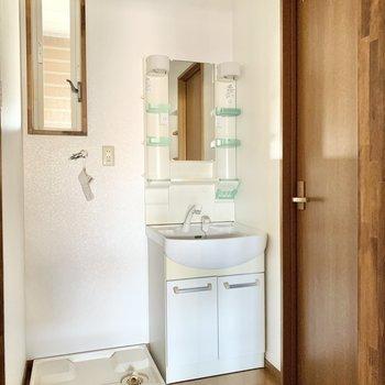 サニタリーには独立洗面台と洗濯機置き場が設置されてます。