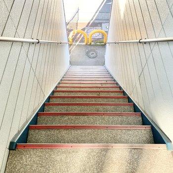 階段の幅は少々狭め。荷物を運ぶ際はご注意ください。