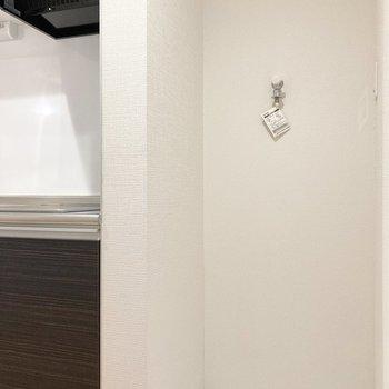 【2階】隣に洗濯機置き場があります。