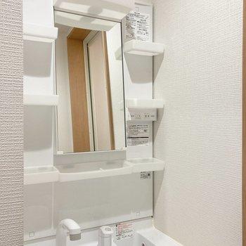 【2階】小物ポケットのついた洗面台です。