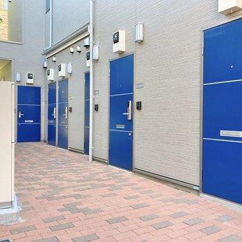 青い扉が美しい共用部です。