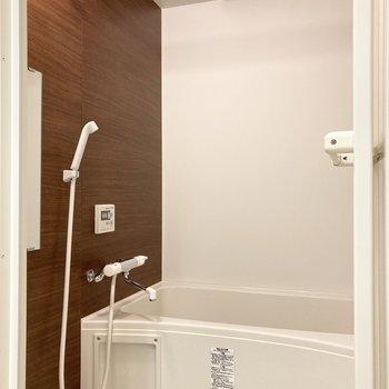 【2階】奥のバスルームではゆったり体を癒せますよ。