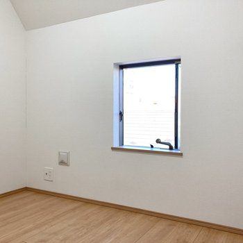 【3階】小窓もあり明るいですし……