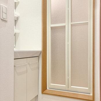 【2階】脱衣室は白くて気持ちがいい〜。