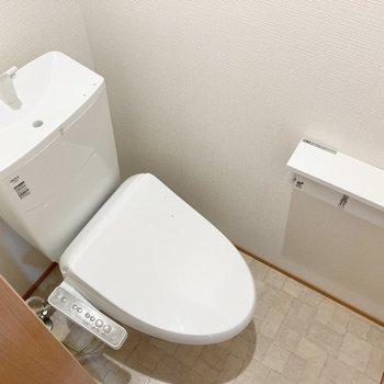 【2階】トイレは脱衣室向かい側。