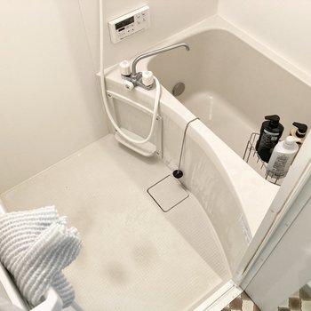 身体を洗うスペースもしっかりあります。※写真はクリーニング前・雑貨は残置物です
