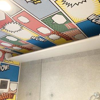 天井までクロスがびっしり。