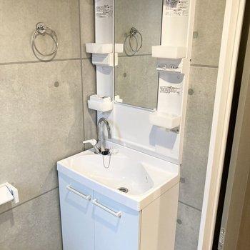 独立洗面台があるので朝の身支度もしやすいですね。