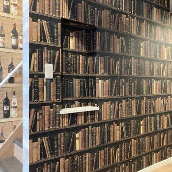 まるで本棚のようなクロスが施されています。