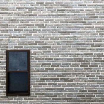 窓からの眺望はお隣の壁です。